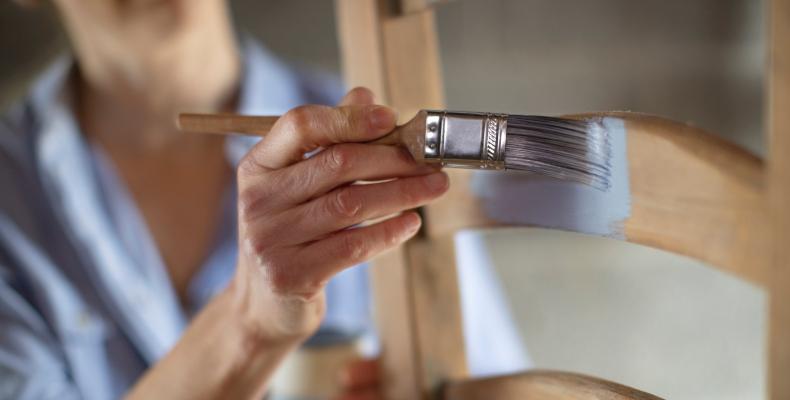 Farbe für Holz autragen