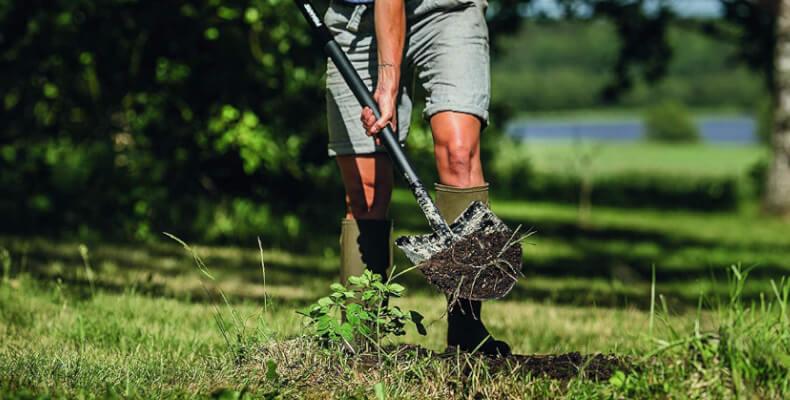 Rasen umgraben mit Spaten